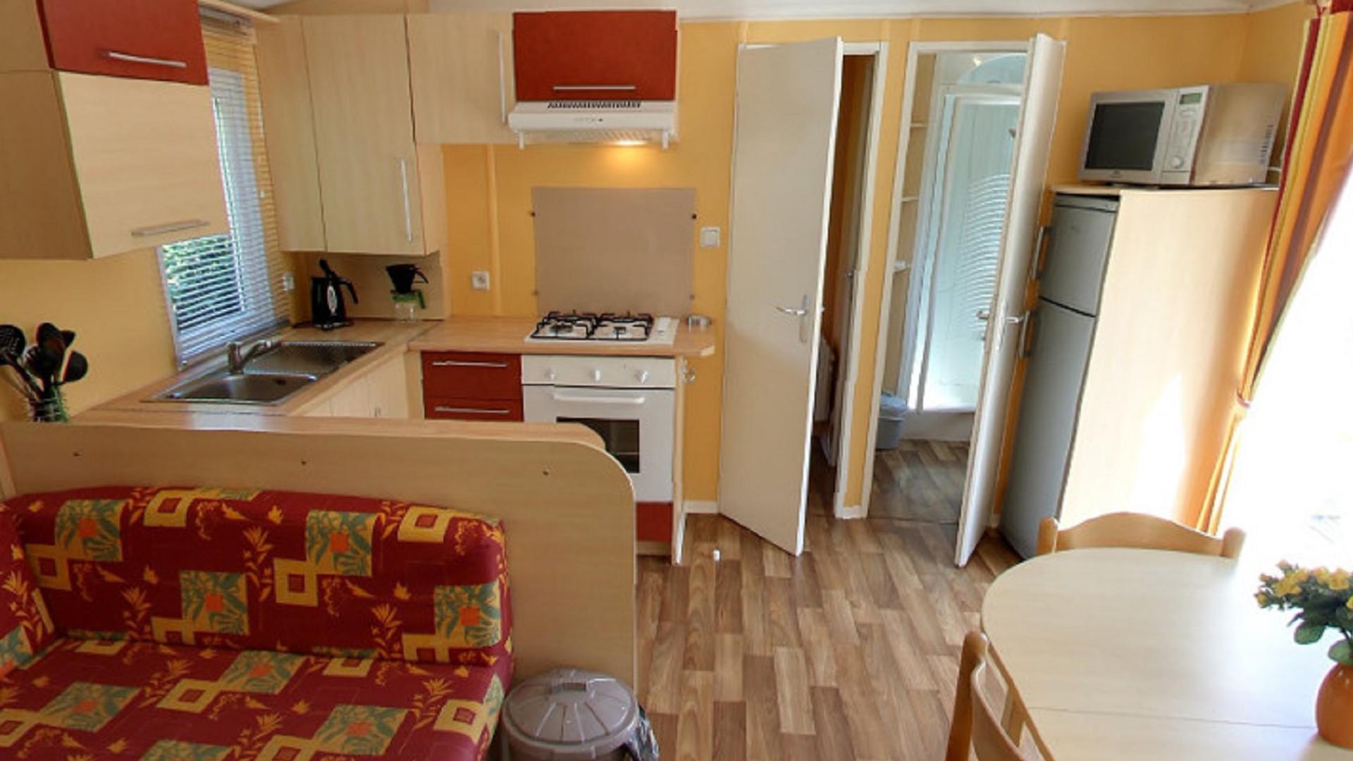 Mobile-home vue sur la cuisine et salon